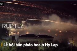 Lễ hội bắn pháo hoa vào nhau ở Hy Lạp