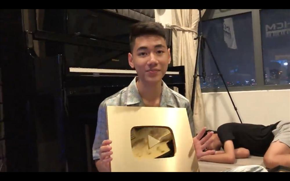 Muôn kiểu ca sĩ Việt khoe nút vàng Youtube: Người trang trọng háo hức, kẻ hờ hững bẽ bàng-5