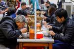 Buổi tối đầu tiên sau cách ly, giới trẻ Hà Nội lên phố ăn kem Tràng Tiền, ngắm Hồ Tây dù trời rét lạnh-17