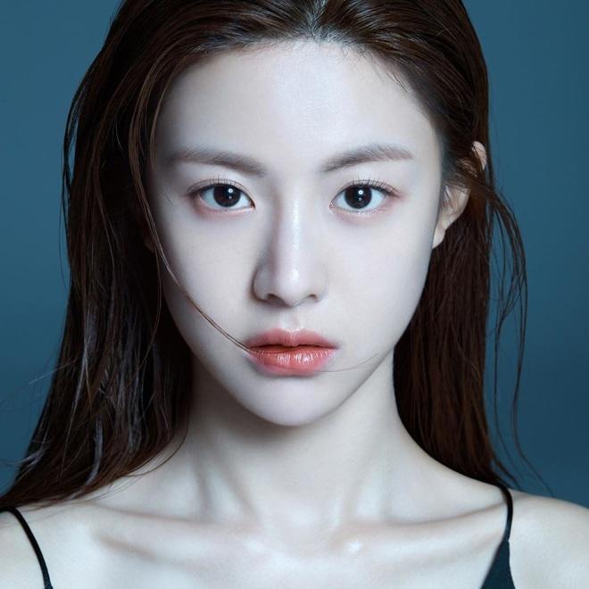 Nhan sắc lạ lẫm trước khi dao kéo của hot girl đình đám Hàn Quốc-1
