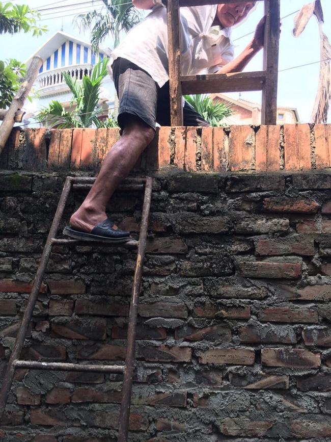 Hà Nội: Phá tường giải cứu cụ bà gần 80 tuổi ốm liệt giường bị hàng xóm nhốt trong nhà-1