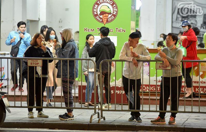 Buổi tối đầu tiên sau cách ly, giới trẻ Hà Nội lên phố ăn kem Tràng Tiền, ngắm Hồ Tây dù trời rét lạnh-1