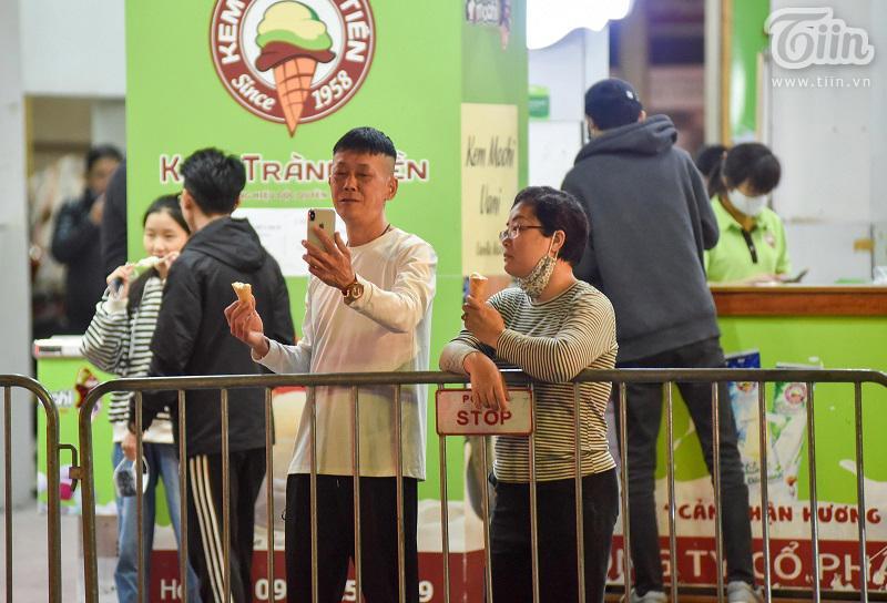 Buổi tối đầu tiên sau cách ly, giới trẻ Hà Nội lên phố ăn kem Tràng Tiền, ngắm Hồ Tây dù trời rét lạnh-2