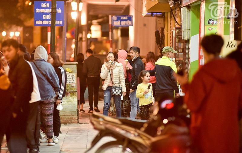 Buổi tối đầu tiên sau cách ly, giới trẻ Hà Nội lên phố ăn kem Tràng Tiền, ngắm Hồ Tây dù trời rét lạnh-3