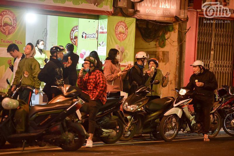 Buổi tối đầu tiên sau cách ly, giới trẻ Hà Nội lên phố ăn kem Tràng Tiền, ngắm Hồ Tây dù trời rét lạnh-4