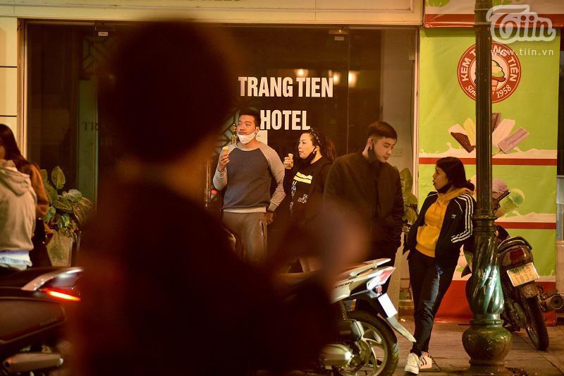 Buổi tối đầu tiên sau cách ly, giới trẻ Hà Nội lên phố ăn kem Tràng Tiền, ngắm Hồ Tây dù trời rét lạnh-5