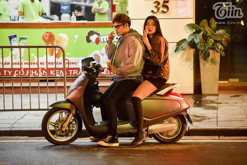 Buổi tối đầu tiên sau cách ly, giới trẻ Hà Nội lên phố ăn kem Tràng Tiền, ngắm Hồ Tây dù trời rét lạnh-7