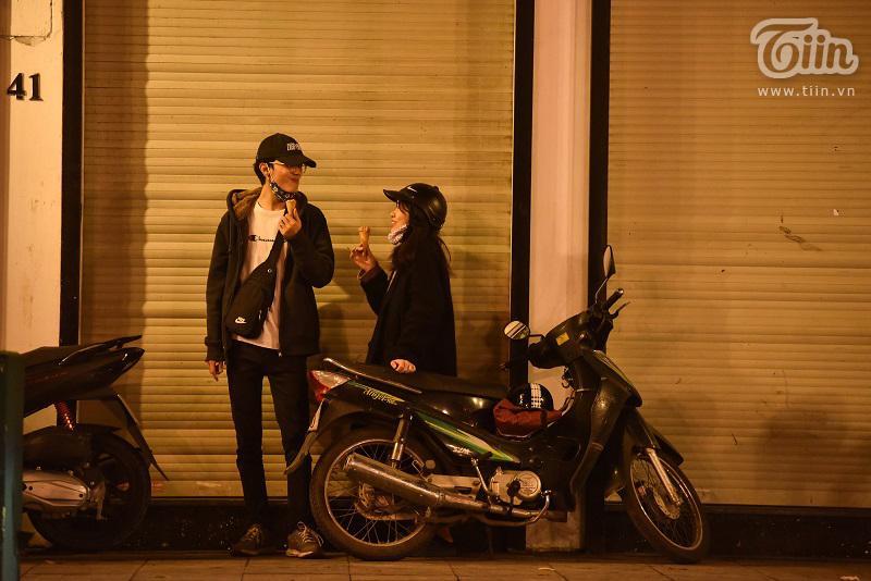 Buổi tối đầu tiên sau cách ly, giới trẻ Hà Nội lên phố ăn kem Tràng Tiền, ngắm Hồ Tây dù trời rét lạnh-8
