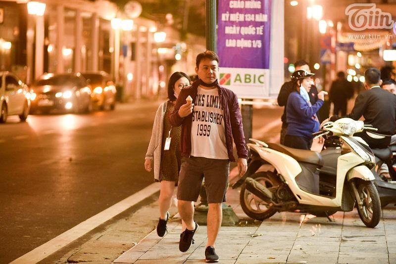 Buổi tối đầu tiên sau cách ly, giới trẻ Hà Nội lên phố ăn kem Tràng Tiền, ngắm Hồ Tây dù trời rét lạnh-10