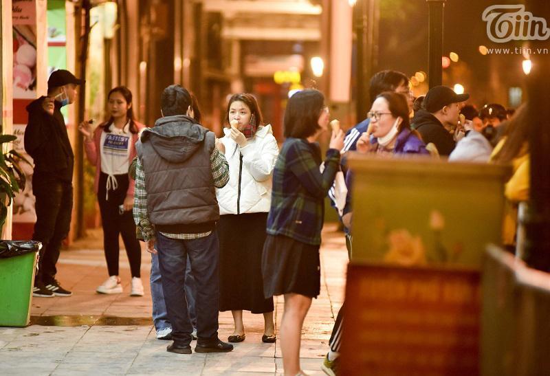Buổi tối đầu tiên sau cách ly, giới trẻ Hà Nội lên phố ăn kem Tràng Tiền, ngắm Hồ Tây dù trời rét lạnh-11