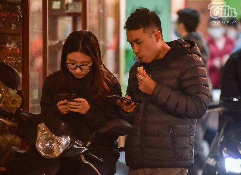 Buổi tối đầu tiên sau cách ly, giới trẻ Hà Nội lên phố ăn kem Tràng Tiền, ngắm Hồ Tây dù trời rét lạnh-12