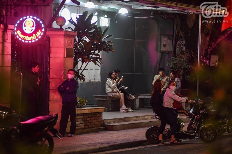 Buổi tối đầu tiên sau cách ly, giới trẻ Hà Nội lên phố ăn kem Tràng Tiền, ngắm Hồ Tây dù trời rét lạnh-13