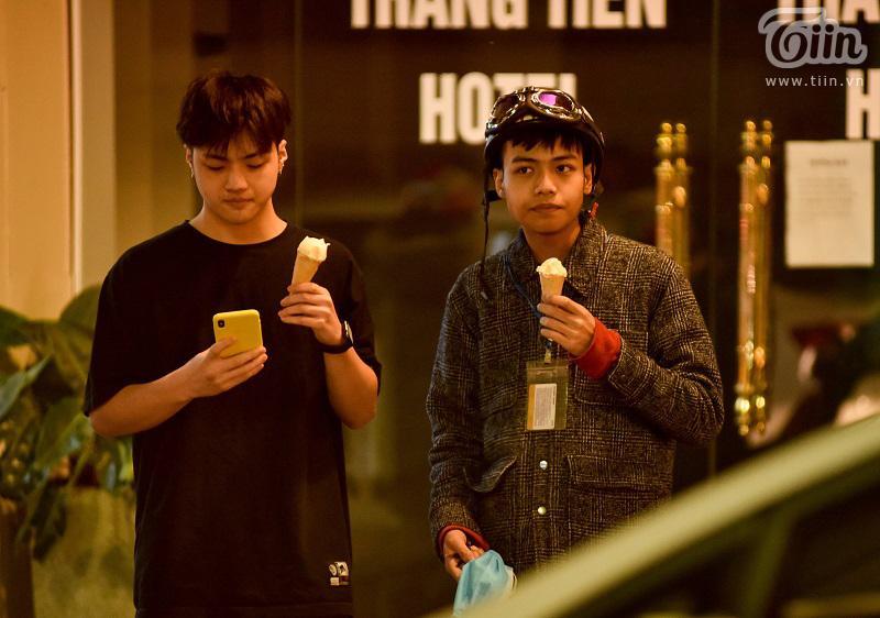 Buổi tối đầu tiên sau cách ly, giới trẻ Hà Nội lên phố ăn kem Tràng Tiền, ngắm Hồ Tây dù trời rét lạnh-14