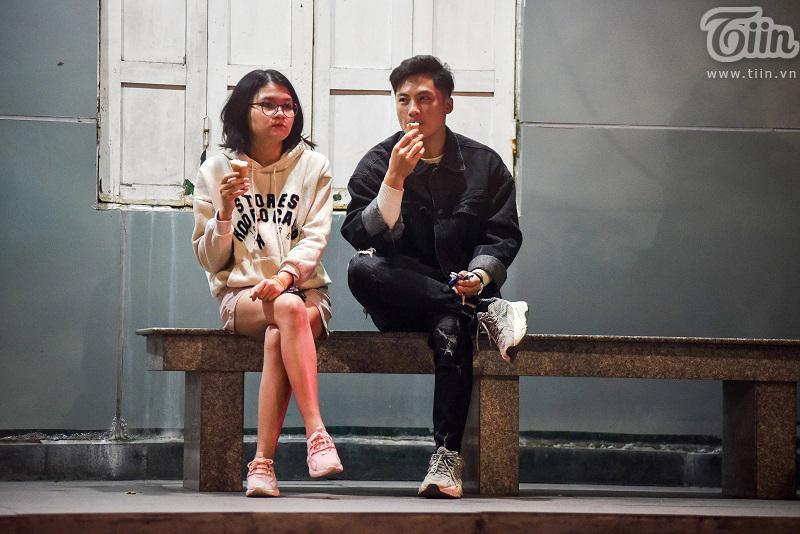 Buổi tối đầu tiên sau cách ly, giới trẻ Hà Nội lên phố ăn kem Tràng Tiền, ngắm Hồ Tây dù trời rét lạnh-15