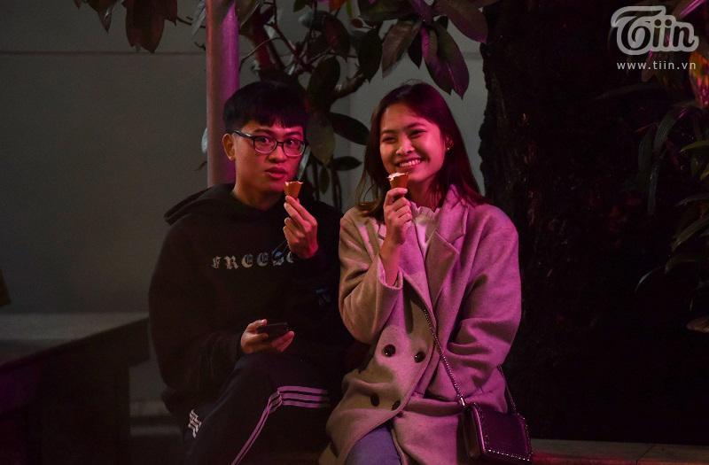 Buổi tối đầu tiên sau cách ly, giới trẻ Hà Nội lên phố ăn kem Tràng Tiền, ngắm Hồ Tây dù trời rét lạnh-16