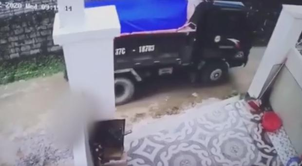 Ông ngoại cháu bé bị xe tải tông trúng rồi giấu xác phi tang: Sau khi gây tai nạn, nó một mực chối cãi, còn phụ giúp xới cát tìm thi thể-1
