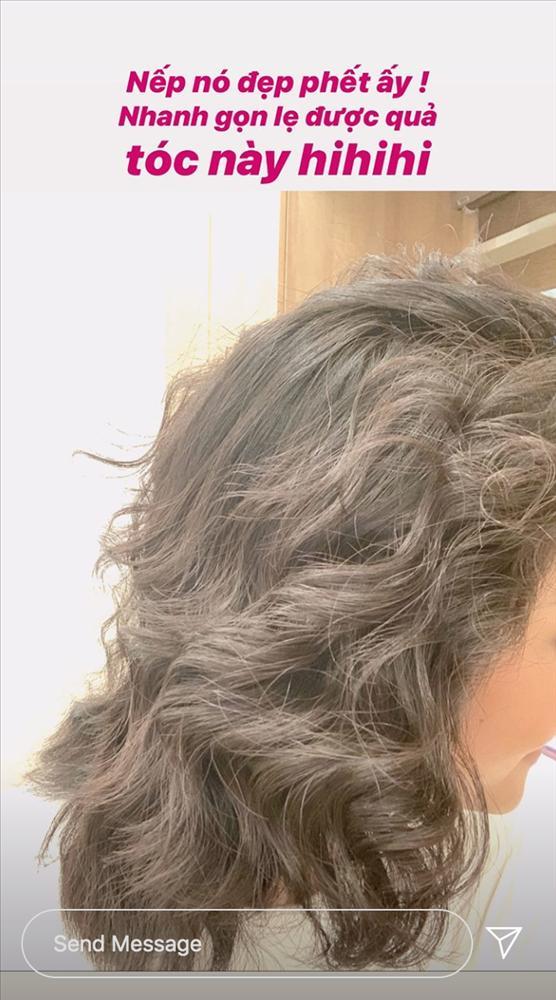 Về quê tránh dịch, HHen Niê dùng khăn buộc rèm để làm tóc xoăn và thành quả khá bất ngờ-4