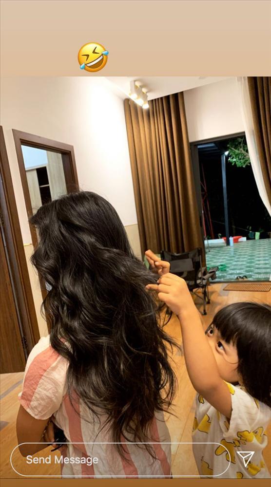 Về quê tránh dịch, HHen Niê dùng khăn buộc rèm để làm tóc xoăn và thành quả khá bất ngờ-9