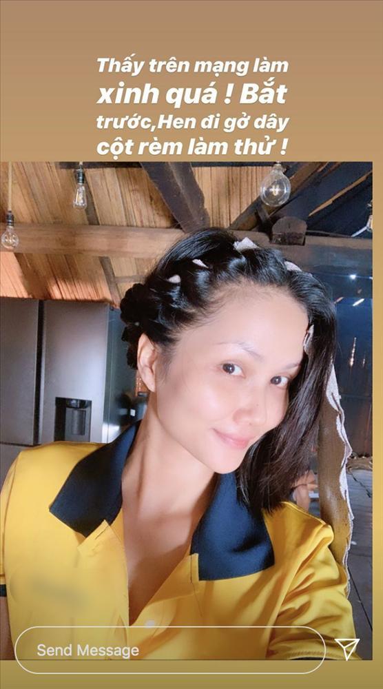 Về quê tránh dịch, HHen Niê dùng khăn buộc rèm để làm tóc xoăn và thành quả khá bất ngờ-1