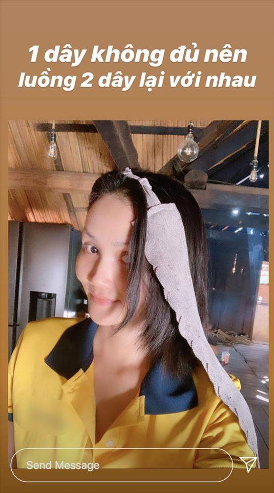 Về quê tránh dịch, HHen Niê dùng khăn buộc rèm để làm tóc xoăn và thành quả khá bất ngờ-2