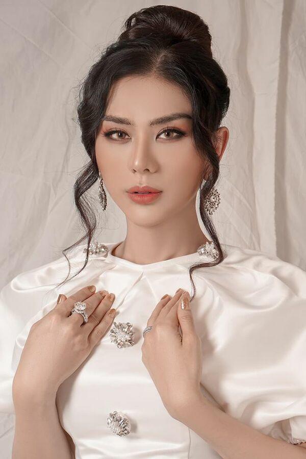 Lâm Khánh Chi bất ngờ nổi loạn với tóc bạch kim ở tuổi 43-6