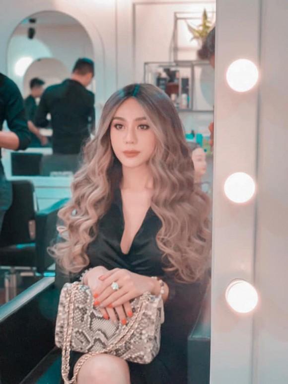Lâm Khánh Chi bất ngờ nổi loạn với tóc bạch kim ở tuổi 43-4