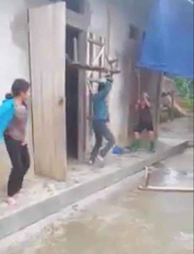 Trần tình gây bức xúc của người em quay clip cổ vũ anh trai vác ghế đánh mẹ già-1