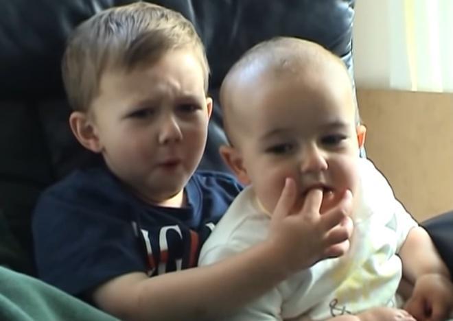 2 cậu bé trong clip cắn ngón tay nổi tiếng 13 năm trước giờ ra sao-1