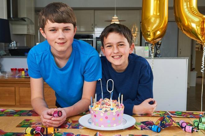 2 cậu bé trong clip cắn ngón tay nổi tiếng 13 năm trước giờ ra sao-2