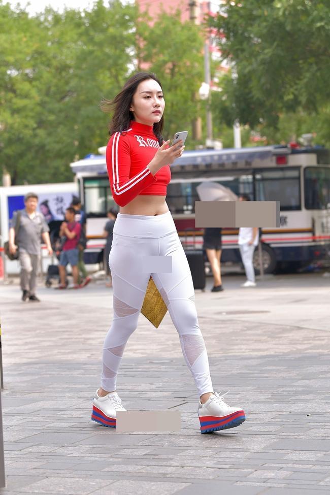 Trời nóng lên, chị em lại khiến người đối diện nóng mắt với mốt quần bó chịt vùng cấm địa-1