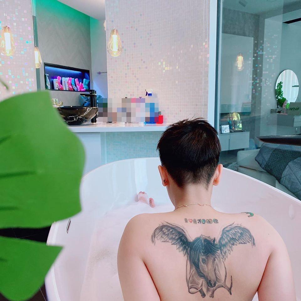 Tomboy đình đám gây xôn xao với khoảnh khắc khỏa thân toàn tập trong bồn tắm-1