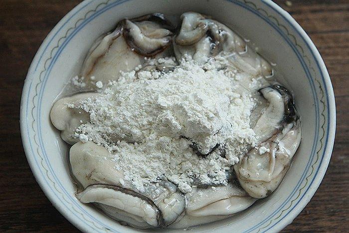 Khi rửa hàu, đừng chỉ dùng bột mì, thêm một nguyên liệu nữa đảm bảo sạch bong không vết bẩn-2