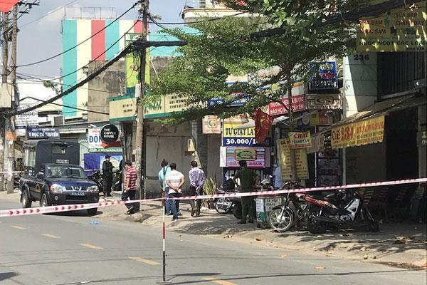 Phong tỏa đoạn đường ở TP.HCM sau tin báo vali nghi chứa bom-1