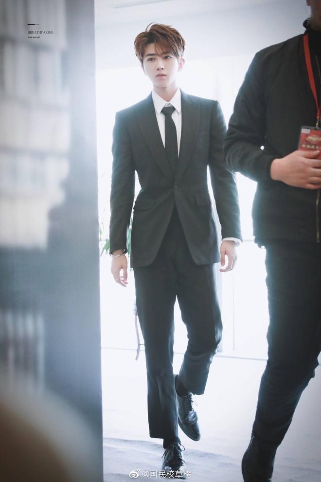 Vương Nhất Bác, Lý Hiện đọ vẻ nam tính khi diện vest đen-4