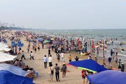 Hàng nghìn du khách tắm biển Sầm Sơn ngày nghỉ lễ