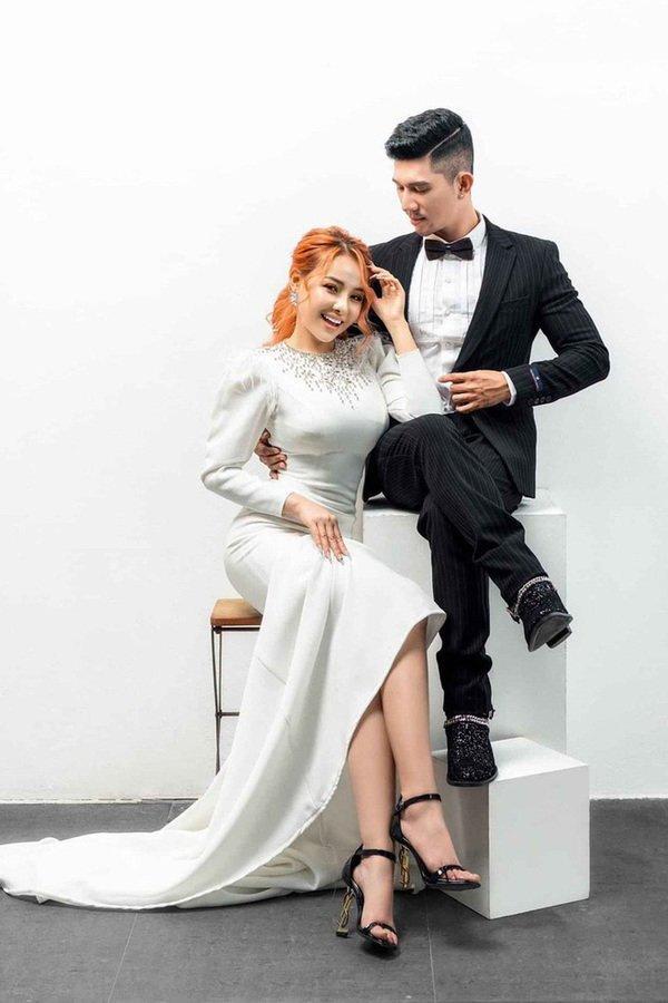Lại đăng hình diện váy cô dâu với cổ khoét sâu hoắm, Ngân 98 hẳn muốn cưới lắm rồi!-10