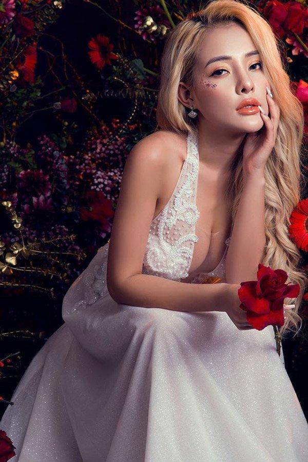 Lại đăng hình diện váy cô dâu với cổ khoét sâu hoắm, Ngân 98 hẳn muốn cưới lắm rồi!-2