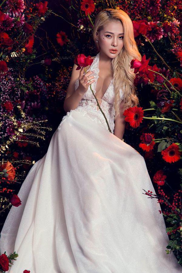 Lại đăng hình diện váy cô dâu với cổ khoét sâu hoắm, Ngân 98 hẳn muốn cưới lắm rồi!-3