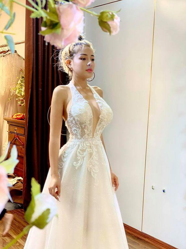 Lại đăng hình diện váy cô dâu với cổ khoét sâu hoắm, Ngân 98 hẳn muốn cưới lắm rồi!-4