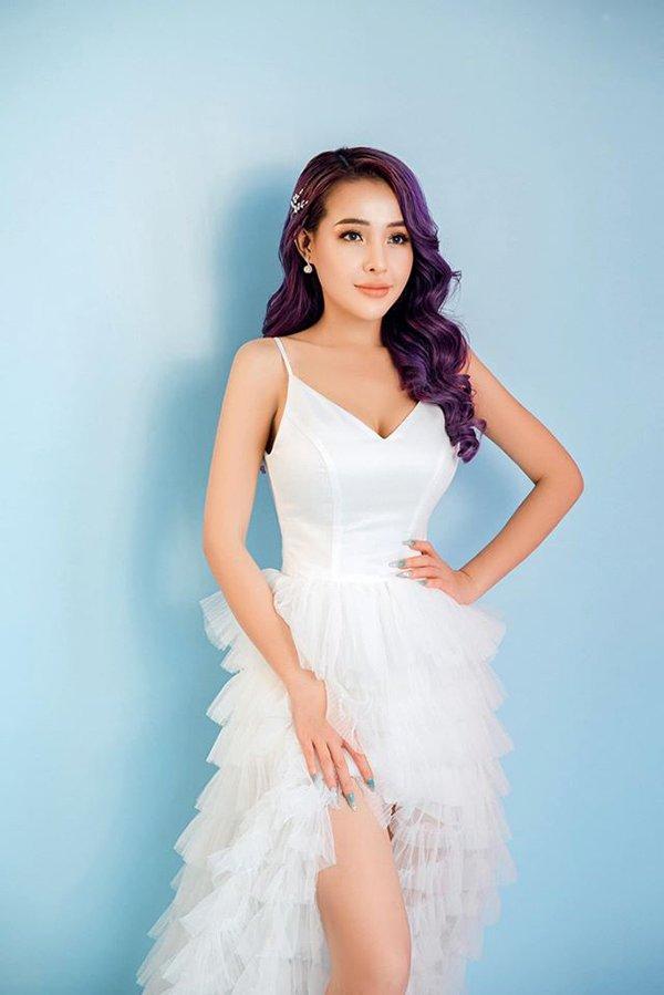 Lại đăng hình diện váy cô dâu với cổ khoét sâu hoắm, Ngân 98 hẳn muốn cưới lắm rồi!-5