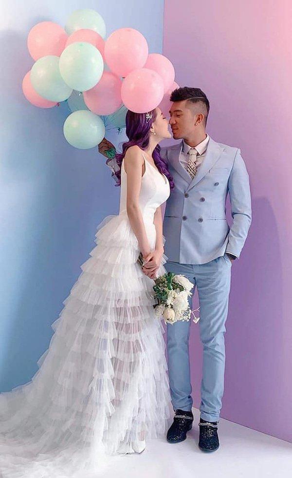 Lại đăng hình diện váy cô dâu với cổ khoét sâu hoắm, Ngân 98 hẳn muốn cưới lắm rồi!-6