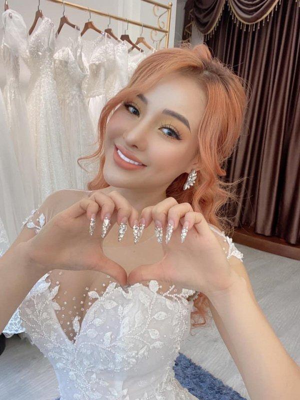 Lại đăng hình diện váy cô dâu với cổ khoét sâu hoắm, Ngân 98 hẳn muốn cưới lắm rồi!-7