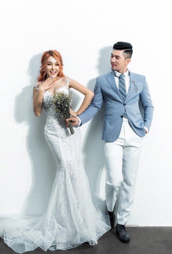 Lại đăng hình diện váy cô dâu với cổ khoét sâu hoắm, Ngân 98 hẳn muốn cưới lắm rồi!-8