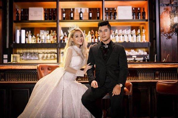 Lại đăng hình diện váy cô dâu với cổ khoét sâu hoắm, Ngân 98 hẳn muốn cưới lắm rồi!-9
