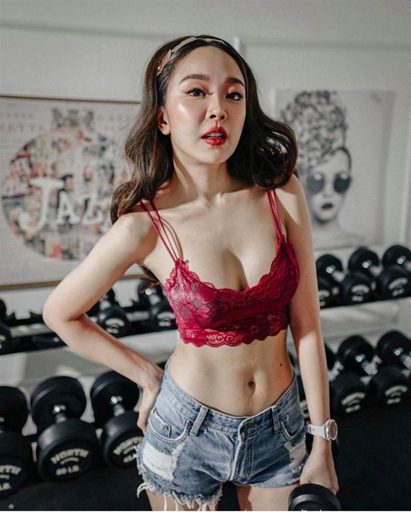 Cô gái Thái mặc áo lót ren đi tập tạ gây hoang mang cho người nhìn-2