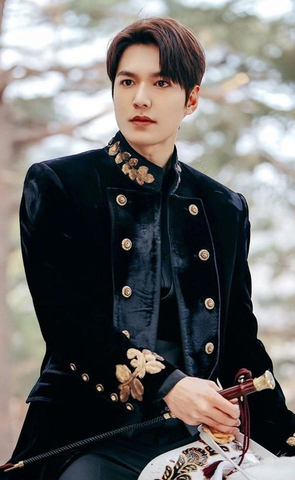 Lee Min Ho đóng phim nào cũng mặc đẹp, dùng đồ hàng hiệu-1