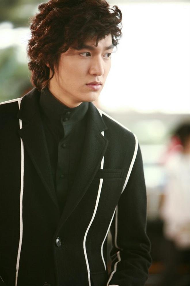 Lee Min Ho đóng phim nào cũng mặc đẹp, dùng đồ hàng hiệu-13