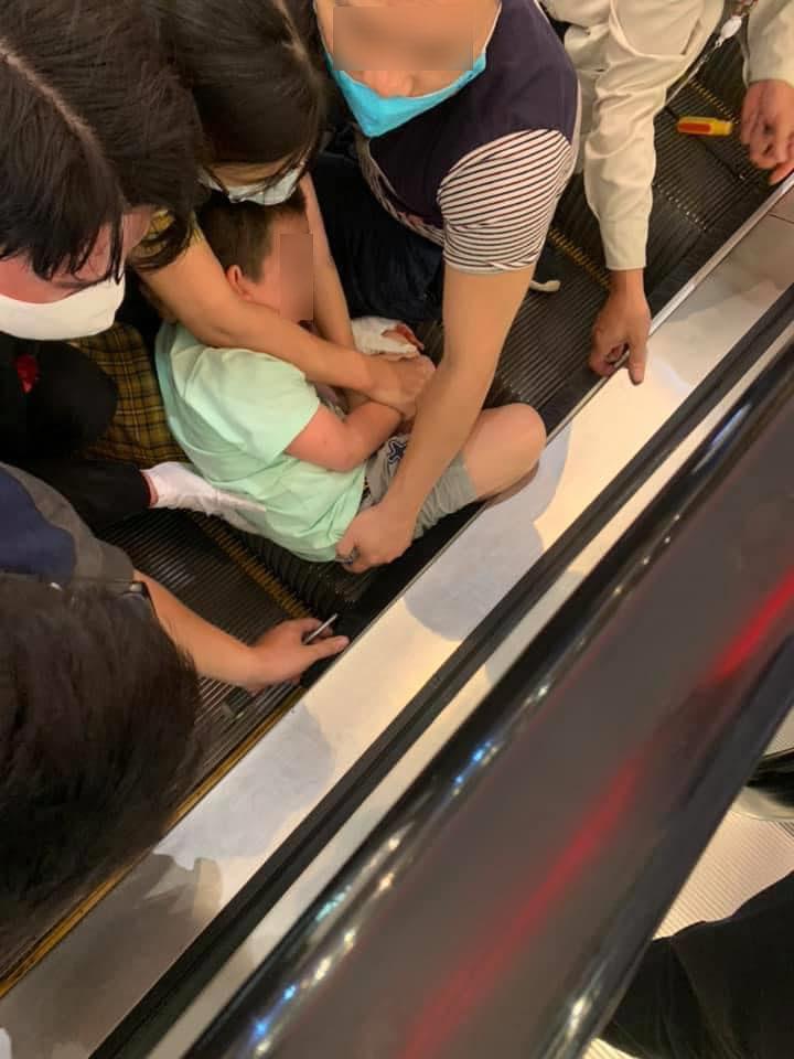 Thót tim xem clip bé trai bị kẹt chân vào thang cuốn ở trung tâm thương mại ở Hà Nội-1