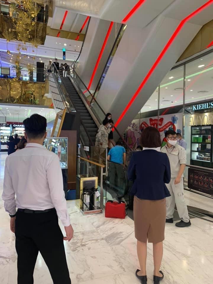 Thót tim xem clip bé trai bị kẹt chân vào thang cuốn ở trung tâm thương mại ở Hà Nội-2