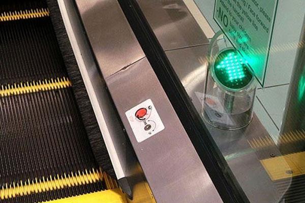 Thót tim xem clip bé trai bị kẹt chân vào thang cuốn ở trung tâm thương mại ở Hà Nội-4
